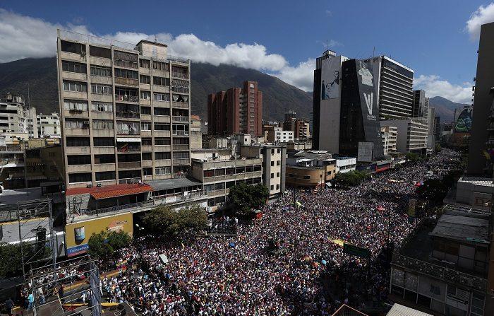 Maduro lanza un plan de promoción turística del país, mientras cientos de personas opositoras a su mandato, marchan este martes, en Caracas (Venezuela). EFE/ Miguel Gutiérrez