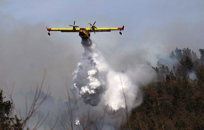 Un hidroavión durante las tareas de extinción de un incendio declarado en los montes próximos a la localidad cántabra de Penilla, cuya comunidad ha sufrido un centenar de incendios de los cuales más de 30 se mantienen aún activos. EFE/Pedro Puente Hoyos