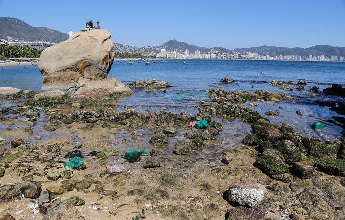 El desplazamiento de las aguas del mar, que despertó curiosidad de los visitantes en algunas zonas de Acapulco, se originó en un sistema anticiclón situado frente a las cosas de California, señaló el meteorólogo mexicano Roel Ayala Mata, director de monitoreo y análisis de riesgos de la oficina. EFE/David Guzmán