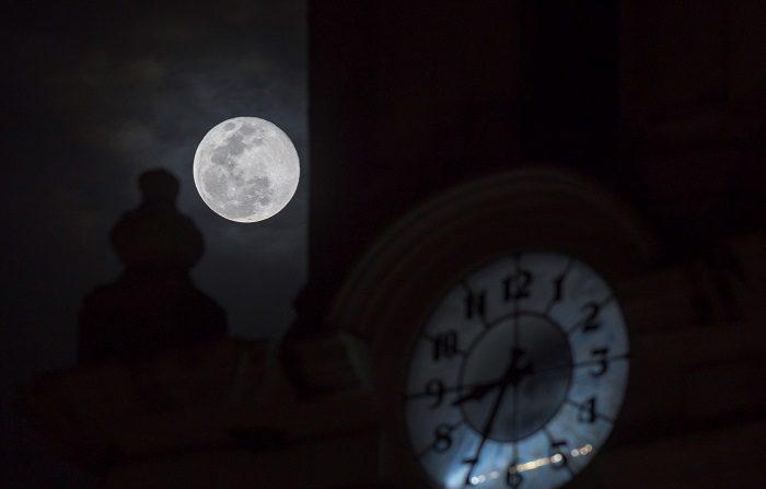 Vista general de la superluna, este martes desde la ciudad de Saltillo, en el estado de Coahuila (México). La superluna de nieve tiene hoy su momento más brillante de los próximos siete años. EFE/ Miguel Sierra