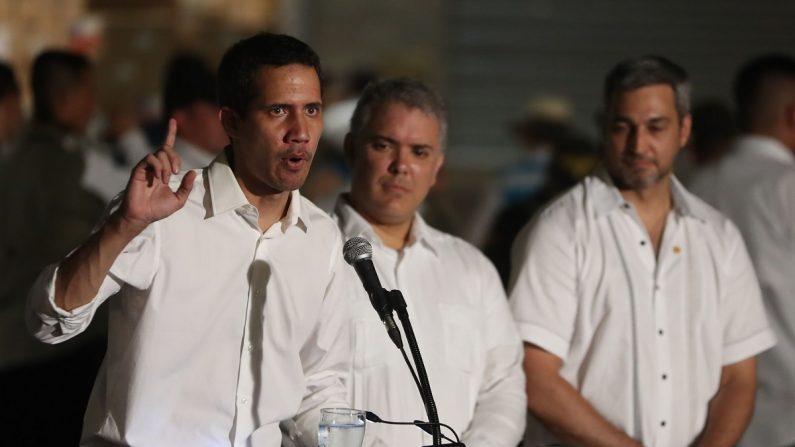 El presidente encargado de Venezuela, Juan Guaidó (i), el presidente de Colombia Iván Duque (c) y el presidente de Paraguay Mario Abdo Benítez (d), ofrecen una rueda de prensa el 23 de febrero de 2019 tras el concierto por Venezuela en Cúcuta (Colombia). EFE/Ernesto Guzman