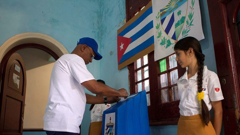 Un hombre vota este domingo en el referendo sobre la nueva Constitución, en La Habana (Cuba).  (EFE/Yander Zamora)