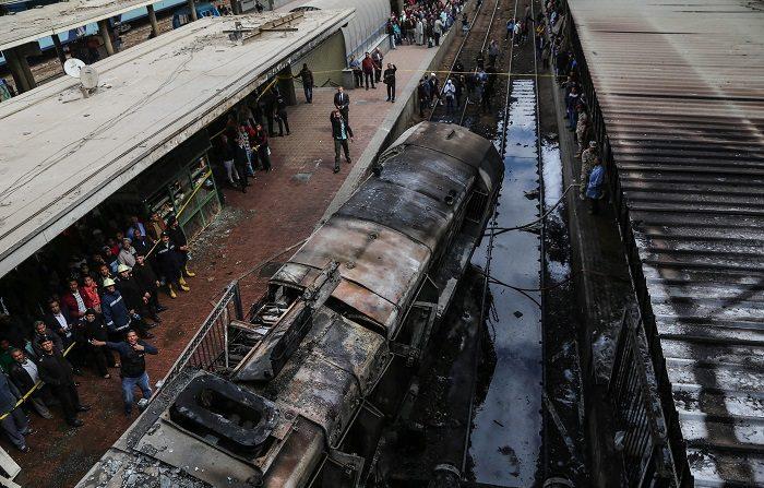 Vista de los daños en uno de los andenes de la estación de tren central en El Cairo (Egipto) tras un incendio, este miércoles. Al menos 10 personas muerieron y 22 resultaron heridas en un incendio que se cree que podría haberse producido por la explosión de un tanque de carburante del tren. EFE/ Khaled Elfiqi