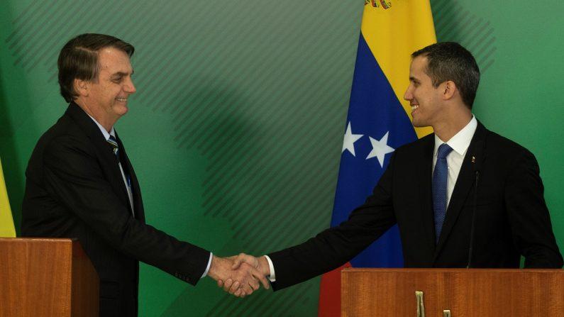 El presidente de Brasil Jair Bolsonao (i) saluda al presidente encargado de Venezuela Juan Gauidó (d) durante un pronunciamiento conjunto en el Palacio del Planalto, en la ciudad de Brasilia (Brasil). (EFE/Joédson Alves)