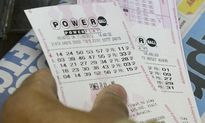 Un cliente comprando billetes de la lotería Powerball en un negocio en Washington el 26 de noviembre de 2012. (Saul Loeb/AFP/Getty Images)