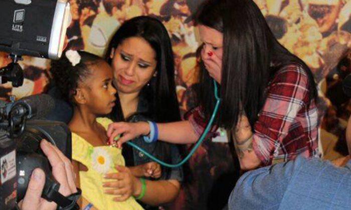 Mamá que perdió a su bebé hace 4 años escucha el latido de su corazón en el oso de peluche de una niña