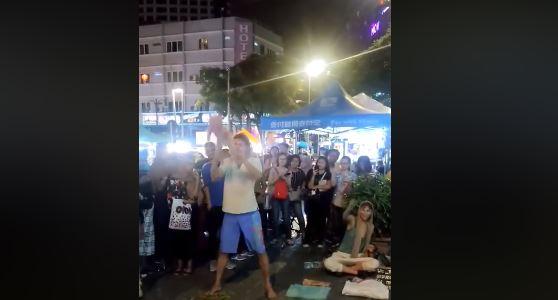 Pareja de rusos son detenidos por abuso de menor en las calles de Kuala Lumpur. (Captura de vídeo)