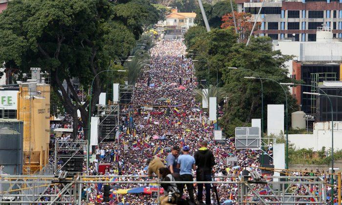 Manifestantes protestan contra el gobierno de Nicolás Maduro en las calles de Caracas, Venezuela, el 2 de febrero de 2019. (Edilzon Gamez/Getty Images)
