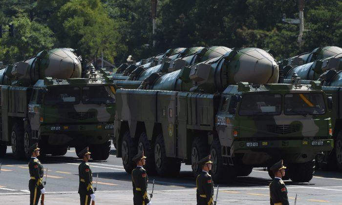 Los vehículos militares que llevan misiles DF-21D se exhiben en un desfile militar en la Plaza de Tiananmen en Beijing, el 3 de septiembre de 2015. (GREG BAKER/AFP/Getty Images)
