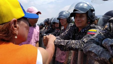 Venezolanos arman corredor humanitario para ingresar la ayuda y varias tropas de Maduro se les unen