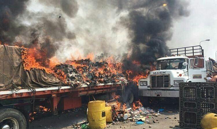 Policía nacional incendia cargamento de alimentos en sus primeros pasos de entrada a Venezuela. (@BarbaraVPM)