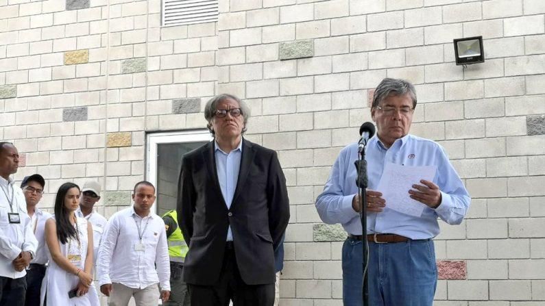 El canciller Carlos Holmes Trujillo junto al el secretario general de la Organización de Estados Americanos (OEA), Luis Almagro. (@CancilleriaCol)