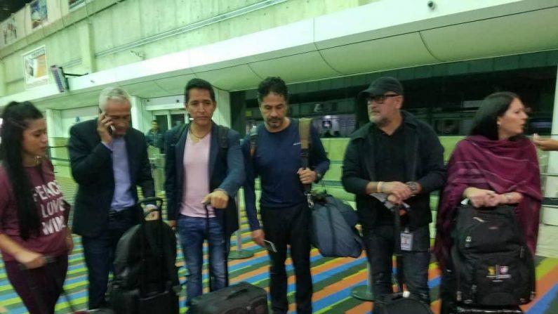Jorge Ramos y el equipo completo de Univisión  en el aeropuerto de Caracas a punto de ser deportados.  (@DCoronell)