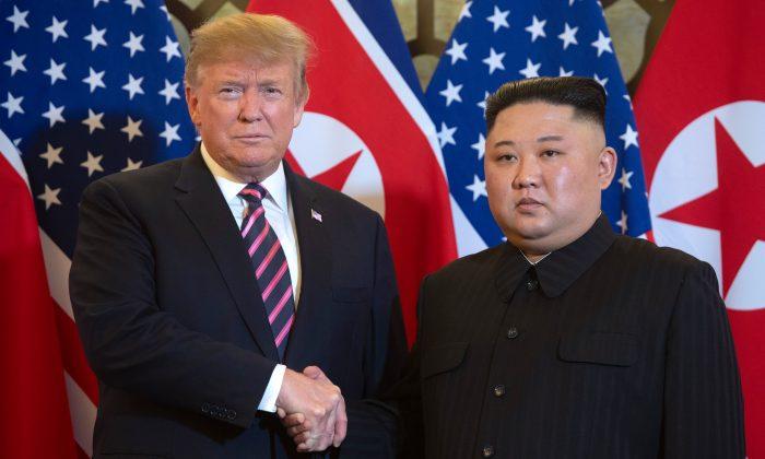 El presidente Donald Trump da la mano al líder de Corea del Norte Kim Jong Un antes de una reunión en el hotel Sofitel Legend Metropole en Hanoi el 27 de febrero de 2019. (SAUL LOEB/AFP/Getty Images)