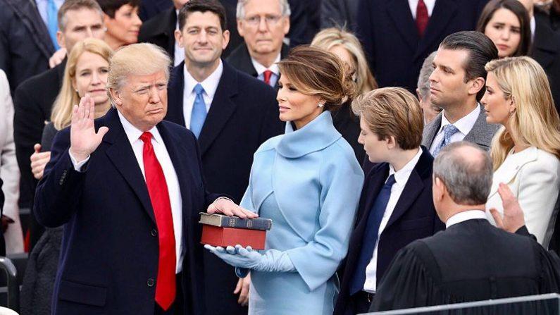 Trump jura en el Capitolio como presidente de EE.UU. el 20 de enero de 2017, sobre las Biblias de su madre y de Lincoln. Baba Vanga predijo que Trump llegaría a la presidencia de EE.UU. y también que un nuevo orden que se cree será mundial, sustituirá al viejo orden. (Crédito: Página Oficial de la Casa Blanca de EE.UU.)