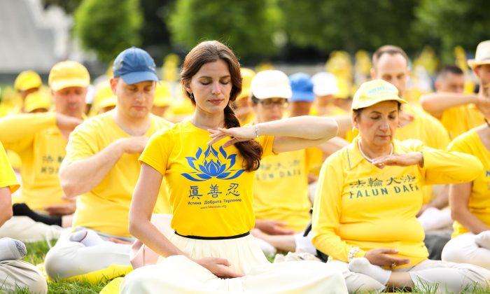 Los practicantes de Falun Dafa hacen los ejercicios de la disciplina en el jardín oeste del Capitolio de los Estados Unidos el 20 de junio de 2018. (Samira Bouaou/The Epoch Times)