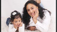 Una mamá y su bebé comparten un estrecho vínculo a través de una rara marca de nacimiento