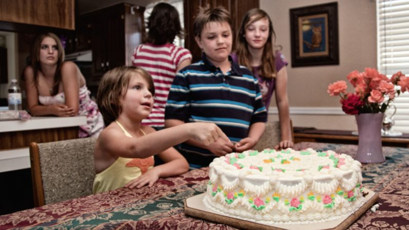 Una extraña paga el pastel de cumpleaños de una niña y deja una conmovedora tarjeta