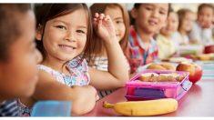 Encargada del comedor hace algo increíble con los plátanos para que sonrían los niños de la escuela