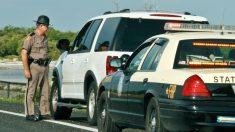 En lugar de cientos de dólares en multas, este oficial le da consejos a una conductora infractora