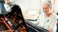 Con 84 años y sin poder leer las partituras esta mujer toca el piano con un talento increíble