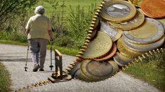 Familia limpia casa de la abuela y encuentran una misteriosa caja fuerte escondida con raras monedas