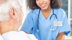 La interpretación de la enfermera de You Light Up My Life da esperanza al hombre que recibe cuidados