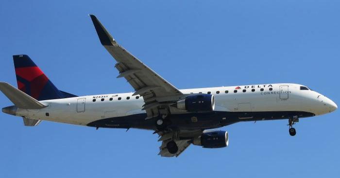 Un avión de Delta Airlines aterriza en el Aeropuerto Internacional de Los Ángeles, en Los Ángeles, el 12 de julio de 2018. (Mario Tama/Getty Images)