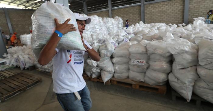 Autoridades organizan el cargamento con la ayuda humanitaria para Venezuela en un centro de acopio dispuesto en el puente internacional de Tienditas, en Cúcuta (Colombia). EFE