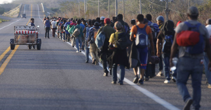Una caravana de migrantes centroamericanos camina por una carretera en su camino hacia Estados Unidos, el 21 de enero de 2019 en Tapanatepec, México. (Mario Tama/Getty Images)