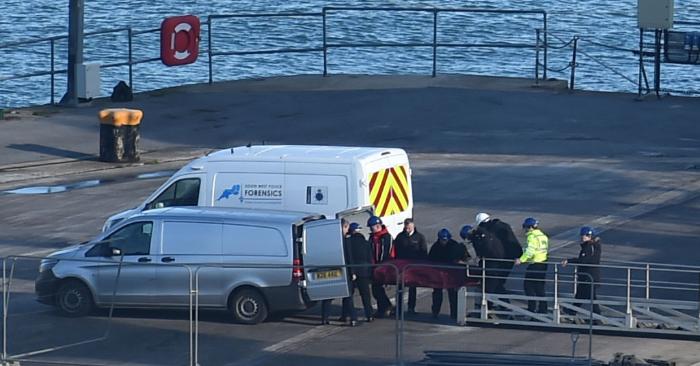 Un cuerpo es sacado del Geo Ocean III, recuperado de los restos de un avión que transportaba al futbolista argentino Emiliano Sala en el puerto de Weymouth, al suroeste de Inglaterra, el 7 de febrero de 2019. - Los investigadores recuperaron un cuerpo en el Canal y lo transportaron hoy a Gran Bretaña para su identificación. (Foto de GLYN KIRK/AFP/Getty Images)