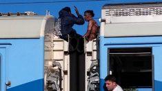 Dos jóvenes se subieron en el techo de un tren en Argentina y recibieron 25.000 voltios