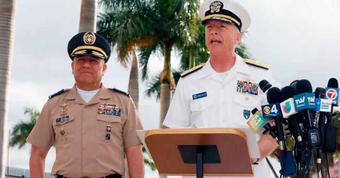 El comandante de las Fuerzas Militares de Colombia, general Luis Navarro (I), y el jefe del Comando Sur estadounidense, el almirante Craig Faller, se dirigen a los medios de comunicación en el Comando Sur en Miami, Florida, el 20 de febrero de 2019. - (Foto de RHONA WISE/AFP/Getty Images)