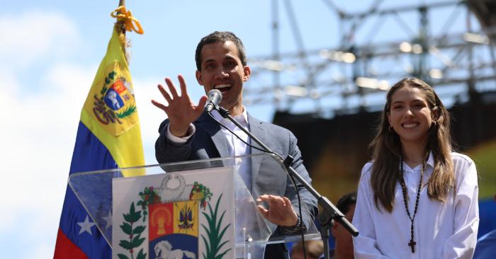 Presidente Encargado de Venezuela Juan Guaidó (i), acompañado de su esposa, Fabiana Rosales (d), pronuncia un discurso en una marcha este sábado en Caracas (Venezuela). Las concentraciones contra la dictadura usurpadora de Nicolás Maduro fueron convocadas en toda Venezuela y en distintos países. EFE/ Miguel Gutiérrez