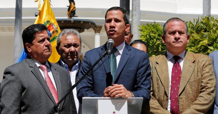 El presidente encargado de Venezuala, Juan Guaidó (c), ofrece declaraciones este lunes en Caracas (Venezuela). EFE/Leonardo Muñoz