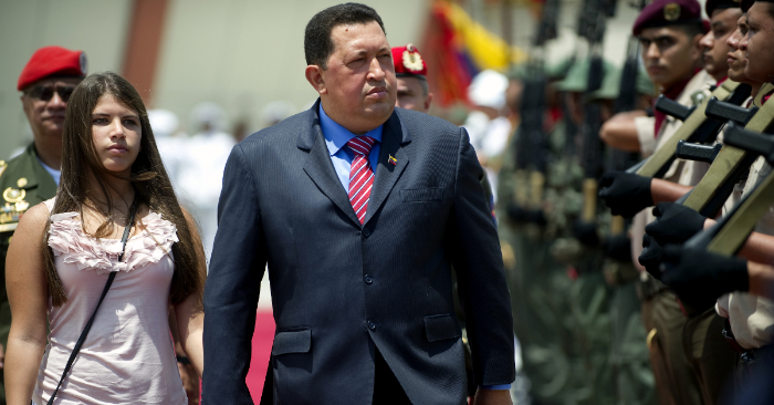 El presidente venezolano Hugo Chávez (D) y su hija Rosa Inés pasan ante una guardia de honor antes de viajar a Brasil, en Caracas el 30 de julio de 2012. (Foto de JUAN BARRETO/AFP/Getty Images)