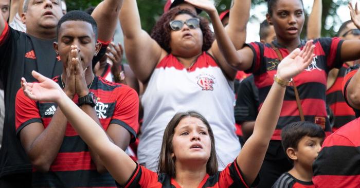 Los aficionados del club de fútbol brasileño Flamengo se reúnen alrededor de la sede del club en el barrio de Gavea para rendir homenaje a las víctimas del incendio que se produjo en el centro de entrenamiento del club, dejando 10 muertos y varios heridos, en Río de Janeiro, Brasil, el 9 de febrero de 2019. (Foto debe ser FERNANDO SOUZA/AFP/Getty Images)