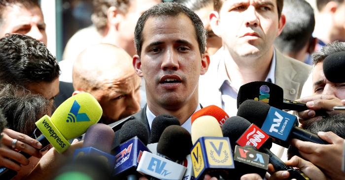 El presidente encargado de Venezela, Juan Guaidó, habla a los medios tras una reunión con la Confederación de Asociaciones de Productores Agropecuarios (Fedeagro) y la Federación Nacional de Ganaderos (Fedenaga), el 6 de febrero, en Caracas (Venezuela). EFE/Leonardo Muñoz