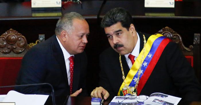 Nicolás Maduro (D), conversa con el presidente de la Asamblea Constituyente ilegítima, Diosdado Cabello (I), el 24 de enero de 2019, en Caracas, Venezuela. (Getty Images)
