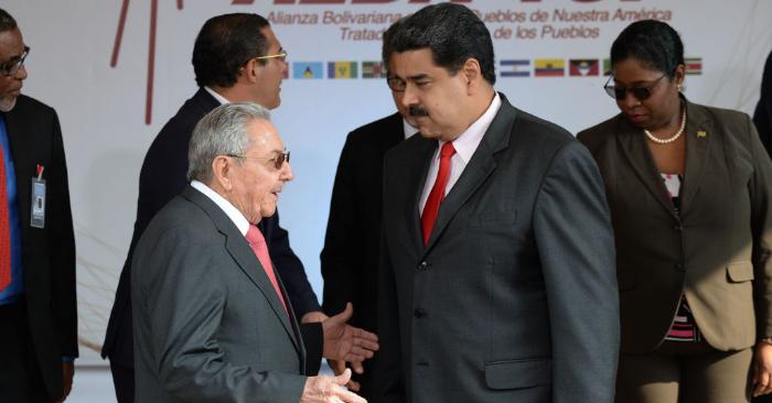 Expresidente cubano Raúl Castro junto a Nicolás Maduro en la cumbre del ALBA en el palacio presidencial de Miraflores en Caracas el 5 de marzo de 2018. (Foto de FEDERICO PARRA/AFP/Getty Images)