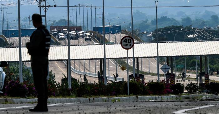 Un miembro de la Guardia Nacional Bolivariana de Venezuela patrulla el puente internacional Tienditas en Urena, estado de Táchira, Venezuela, en la frontera con Colombia, rodeado de contenedores colocados por las fuerzas militares venezolanas para bloquear el puente, el 11 de febrero de 2019. (Foto de JUAN BARRETO/AFP/Getty Images)