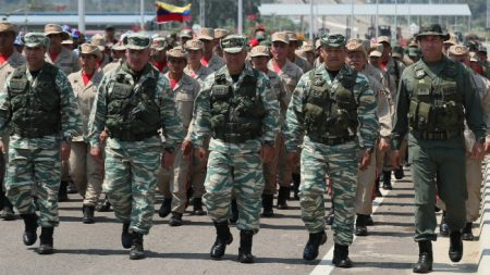 Soldados venezolanos se reúnen en la frontera de Colombia como demostración de fuerza para bloquear ayuda