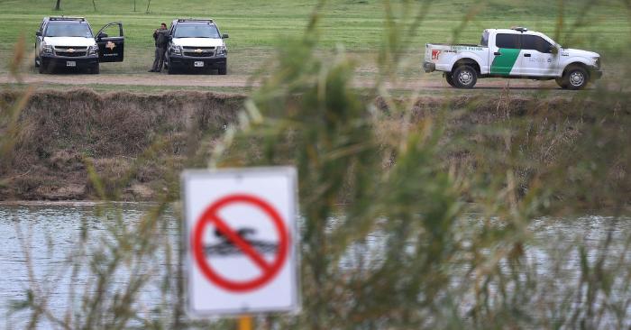 Los vehículos de la policía y de la patrulla fronteriza se encuentran estacionados al borde del Río Grande que es la frontera México-Estados Unidos, el 9 de febrero de 2019 en Piedras Negras, Texas. (Foto de Joe Raedle/Getty Images).