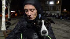 Obligan a este hombre a elegir entre su apartamento y su perrito: decidió vivir en la calle