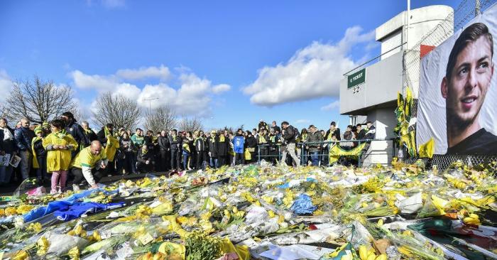 Los seguidores del FC Nantes se reúnen para rendir homenaje al fallecido delantero argentino Emiliano Sala antes del partido de fútbol L1 entre el FC Nantes y el Nimes Olympique en el estadio La Beaujoire de Nantes, en el oeste de Francia, el 10 de febrero de 2019. (Foto de LOIC VENANCE/AFP/Getty Images)