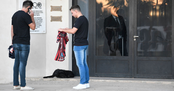 Nala, la perra de Sala, aguarda por el jugador cuando los amigos del futbolista llegan con sus camisetas para rendir homenaje durante una vigilia en el club de la niñez de Sala, San Martín de Progreso, el 16 de febrero de 2019, en Progreso, Argentina. (Foto de Gustavo Garello/Getty Images)