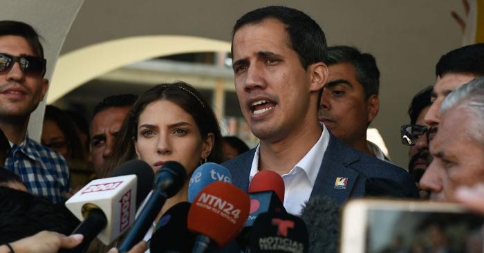 El presidente encargado de Venezuela, Juan Guaidó, habla a la prensa junto a su esposa Fabiana Rosales (izq.) después de asistir a una misa en Caracas el 10 de febrero de 2019. (Foto de FEDERICO PARRA/AFP/Getty Images)
