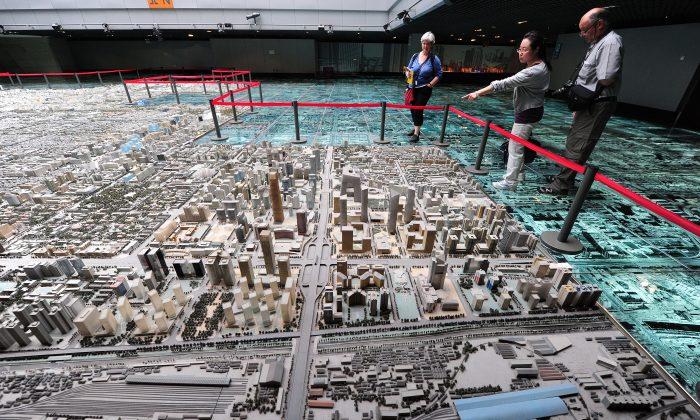 En esta foto, una maqueta de los planes de desarrollo inmobiliario en el Distrito Central de Negocios de Beijing se expone en el Centro de Exposiciones de Planificación Urbana de Beijing. (Frederick J. Brown/AFP/Getty Images)