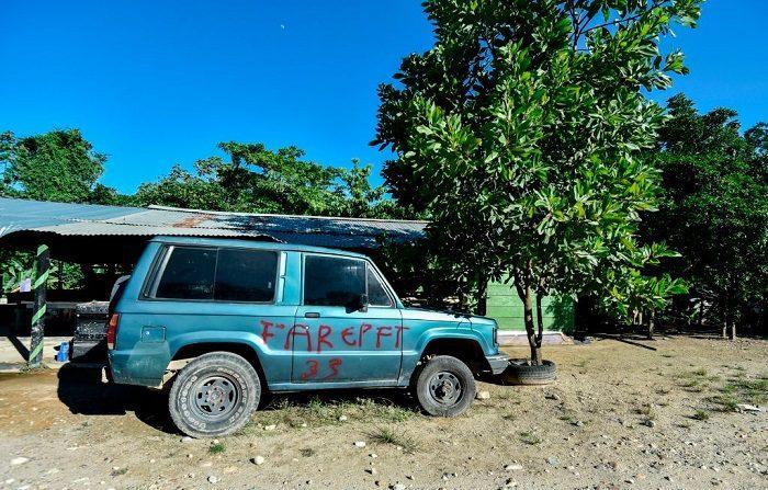 Un coche abandonado pintado con las iniciales de la guerrilla de las FARC - Fuerzas Armadas Revolucionarias de Colombia - es visto en la selva del Catatumbo, Colombia. (LUIS ROBAYO/AFP/Getty Images)