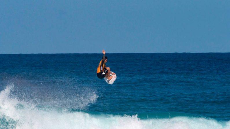 El surfista profesional de Brasil, Gabriel Medina, surfea durante el Billabong Pipe Masters en la costa norte de Oahu en Hawai el 17 de diciembre de 2018.  En febrero de 2019 competirá en las aguas donde otro surfista cayó y fue mordido en la cara por un tiburón.  Medina se convirtió en el campeón del mundo de 2018, así como en el Pipe Master al ganar el evento. (Foto de archivo de BRIAN BIELMANN/AFP/Getty)Images)